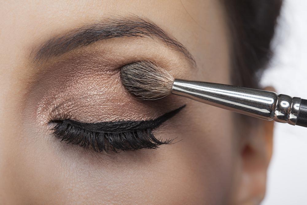 eye makeup step - blending eyeshadow