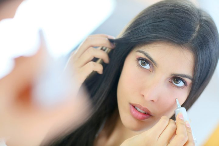 girl applying concealer