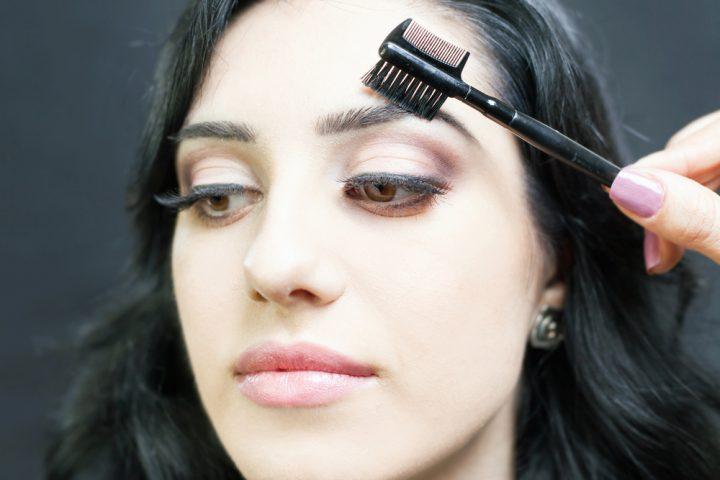 set eyebrows using brush