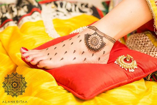 Feet mehndi design- Simple design for feet bridal mehndi