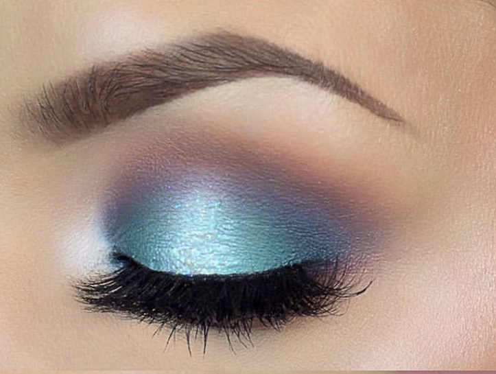 Calm ocean blue eyeshadow makeup