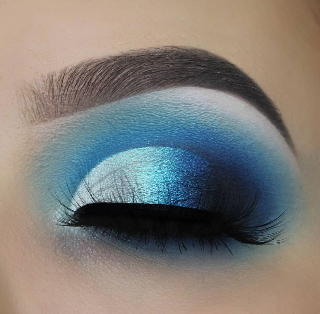 blue ombre eye makeup palette look