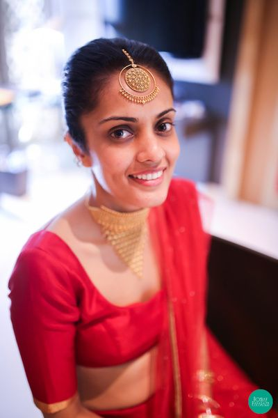 Loop style round maang tikka in gold - Indian bride on her wedding day