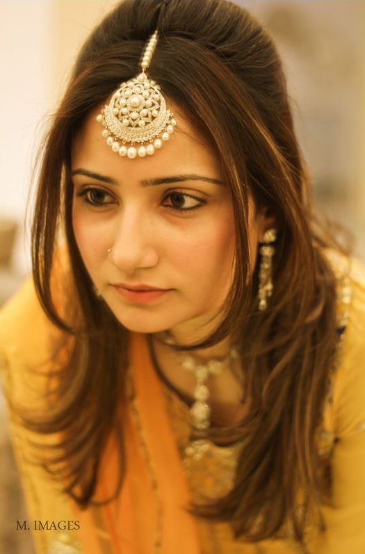 round diamond maang tikka with big pearls on Indian bride with half up half down hairstyle